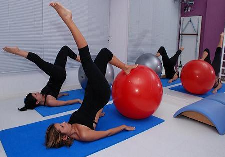 упражнения пилатес с фитболом